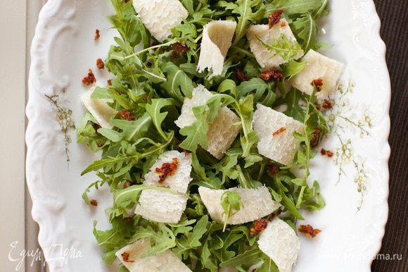 Заправить прямо на столе оливковым маслом и бальзамическим уксусом.