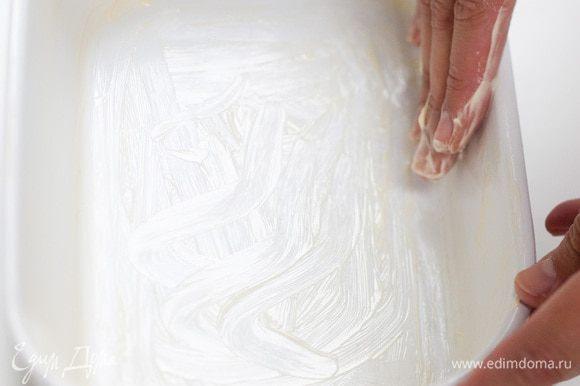 Жароупорную форму смазать 1/2 ст. ложки сливочного масла, выложить в нее сливы, присыпать их сахаром.