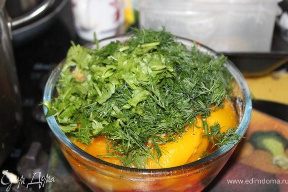 кладем овощи, зелень, чеснок, раст масло, соль и все взбиваем блендером