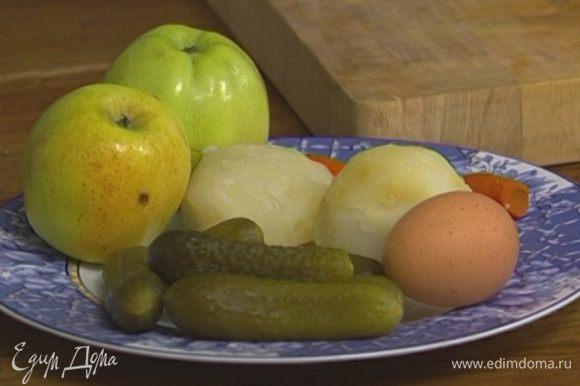 Морковь, картофель и яйца отварить, остудить и почистить.