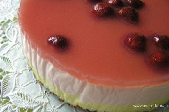 Застывший торт вынуть из формы на подготовленное блюдо. Если Вы уже устали, следующие шаги можно не делать. Торт красив и готов к употреблению! :)