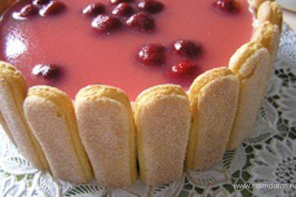 Печенья Савоярди подрезать до нужной длины (высоты торта) и украсить бока.
