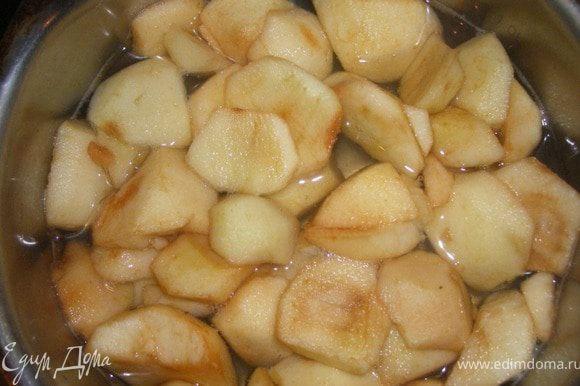 Очищенные яблоки заливаем водой, без верха, ( по желанию добавляем сахар), ставим варить.
