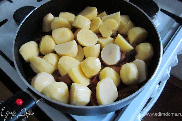 Картофель крупно порезать и добавить к грибам.