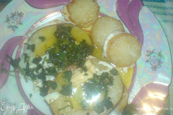 Как желток побелеет, выложить на тарелку, проколоть желток и посыпать зеленью