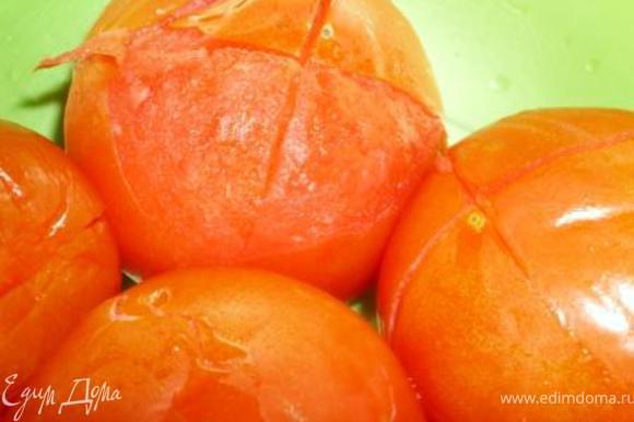 Ошпарить и почистить помидоры, порезать кубиками и выложить в казан. Тушить под крышкой до готовности курицы.