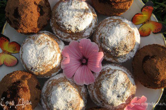 Готовые пирожное те,что с какао, посыпать сахарной пудрой,а те,что без, посыпать какао.Приятного аппетита!!!