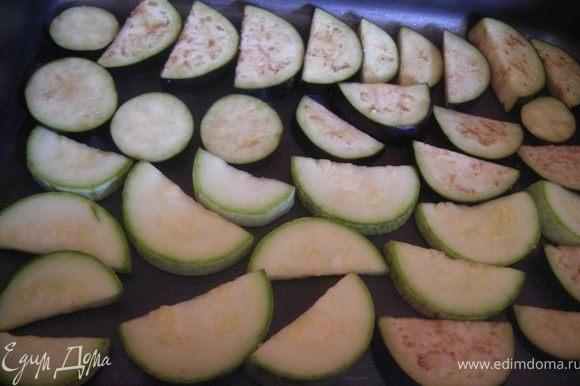 Режем баклажаны и кабачок половинками, смазываем форму р.маслом, выкладываем и отправляем в духовку на 200С на 10- 15 мин, потом переворачиваем и еще 10 мин.