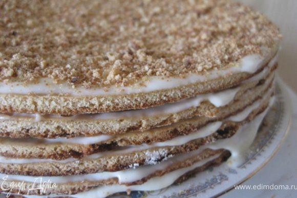 Торт должен пропитаться. На это может понадобится примерно 2 часа.