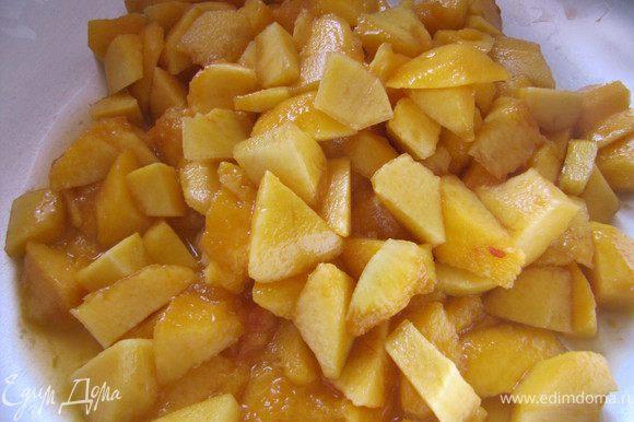 мякоть персиков нарезать, выложить в таз
