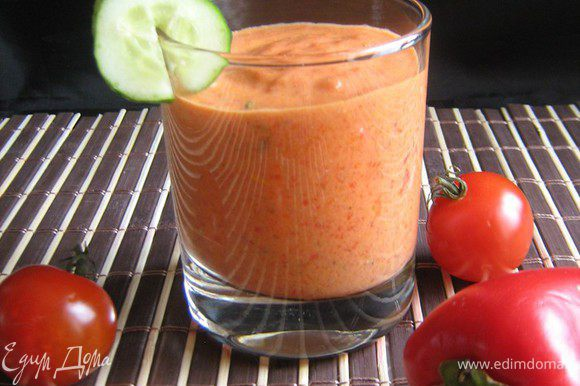 Сладкий перец и помидоры смазать растительным маслом и запечь в духовке, разогретой до 200 °С, 10-15 мин. Очистить овощи, удалить семечки,мякоть сложить в чашку,влить простоквашу,измельчённый чеснок и взбить всё с помощью блендера до однородности. Добавить мяту, соль,перец по вкусу.Охладить. Подавать с хрустящими хлебцами и крекерами или крупно нарезанными овощами.