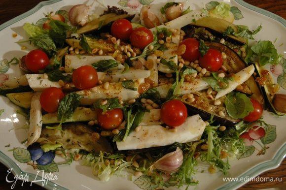 Присыпать листьями базилика, оставшимися орехами, полить оставшейся заправкой. Подавать салат теплым.