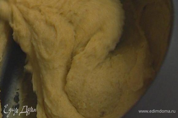 По одному ввести яйца, непрерывно перемешивая, чтобы получилось однородное, гладкое тесто. Наполнить им кондитерский мешок.