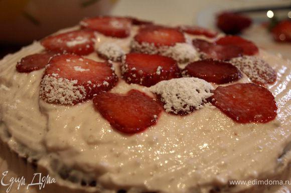 Затем кладём снова корж, начинку и клубнику. Подсказка: если планируете украшать мастикой, оставьте немного творожной массы для обмазывания торта! Накрываем сверху последним коржем и ставим в холодильник минимум на 3 часа.
