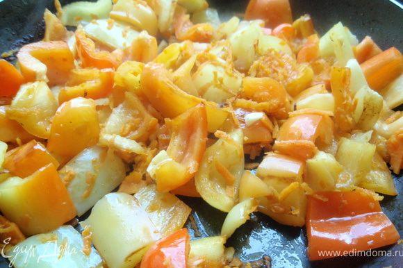 Обжарим нарезанный на кубики перец в той же сковороде, чтобы он дал свой потрясающий аромат. Добавим морковки. (В некоторые рецепты стью также добавляют брюкву, репу, картофель. Тогда получается сытное рагу и в этом случае блюдо не требует гарнира)