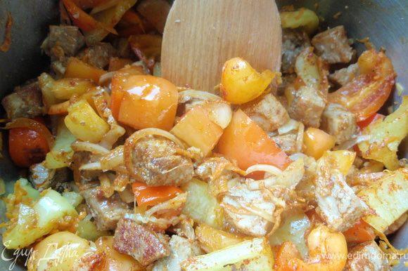 Теперь добавим к мясу перчик и морковку, приправим и помешаем.