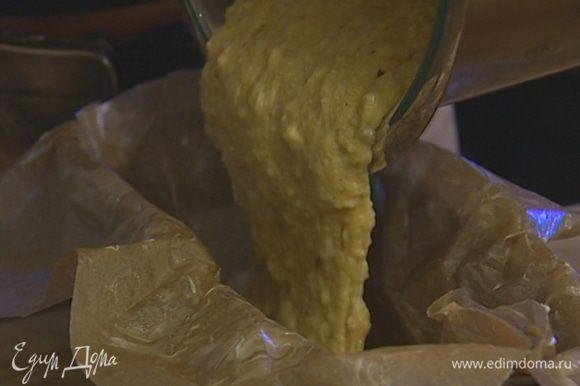 Небольшую глубокую форму выложить бумагой для выпечки, смазать ее сливочным маслом. Наполнить форму тестом и выпекать в разогретой духовке 15 минут.