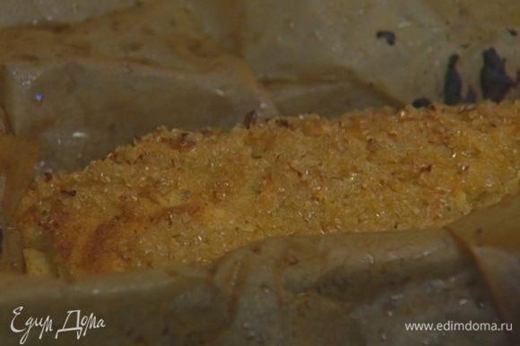 Остывший хлеб обернуть пищевой пленкой и оставить в ней минимум на час.