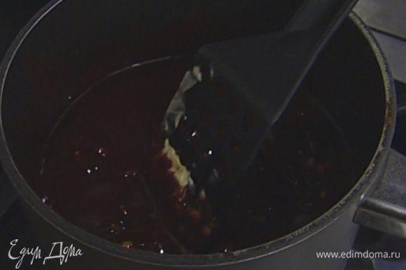 Шоколад поломать на кусочки, поместить в небольшую кастрюлю, добавить 375 г сливочного масла и растопить все на медленном огне.