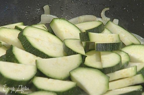 Полтора цукини крупно нарезать, добавить к луку с чесноком и тушить 5–10 минут.