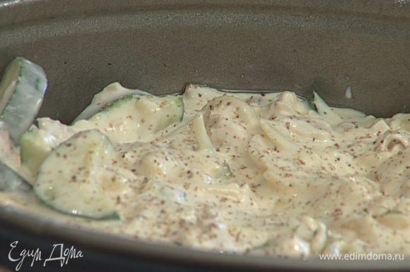 Разъемную форму для выпечки смазать оставшимся растительным маслом, присыпать мукой, выложить тесто, поперчить и посыпать тимьяном.