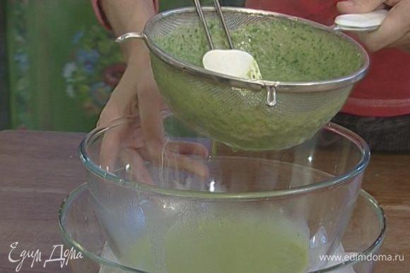 Протереть пюре через сито. Посуду с протертым супом немедленно погрузить в емкость большего объема, наполненную холодной водой со льдом. Помешивать суп время от времени, пока не остынет. Ледяная вода поможет сохранить ярко-зеленый цвет супа. Добавить соль и перец, если необходимо.