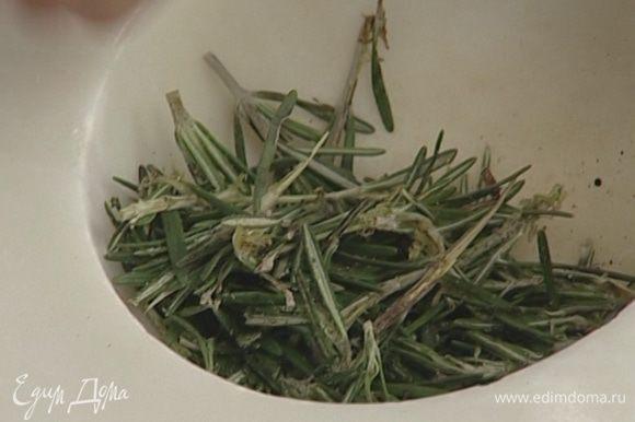 Черный перец, соль и листья розмарина (немного листиков оставить) растереть в ступке, добавить оливковое масло.