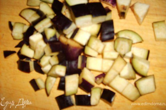 Баклажаны порезать на кубики, добавить к луку и чесноку