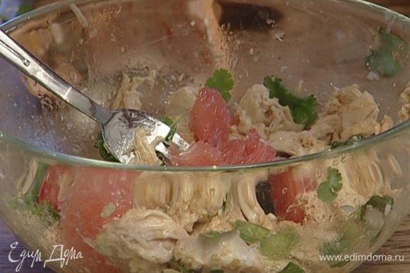 Добавить кунжутное и растительное масло, соевый соус, сок и мякоть грейпфрута и еще раз перемешать.