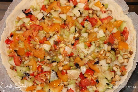 К смеси нарезанных овощей добавить оливковое масло, соль, перец, слегка перемешать, и выложить на тесто.