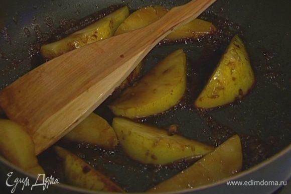 Добавить соевый соус и душистый перец, убавить огонь и тушить до готовности груш.