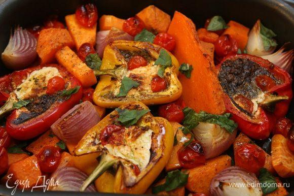 Готовые овощи присыпать листьями оставшегося базилика. Подавать с порезанным на дольки лимоном.