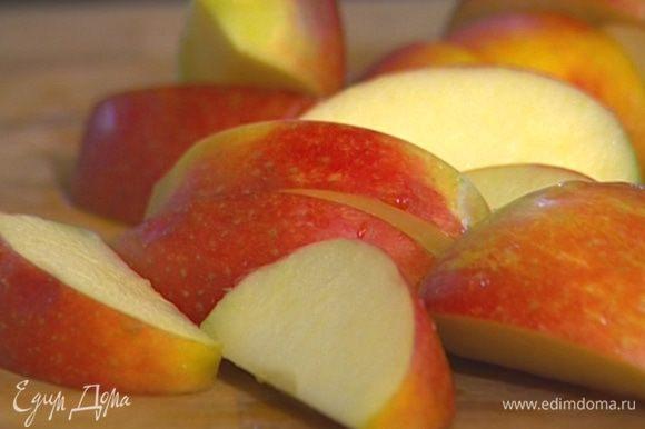 Удалив из яблок сердцевину, разрезать каждое примерно на 8 долек и сбрызнуть соком лимона.