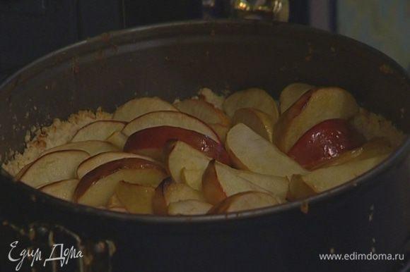 Уложить на тесто яблоки без сока, стараясь уместить как можно больше.