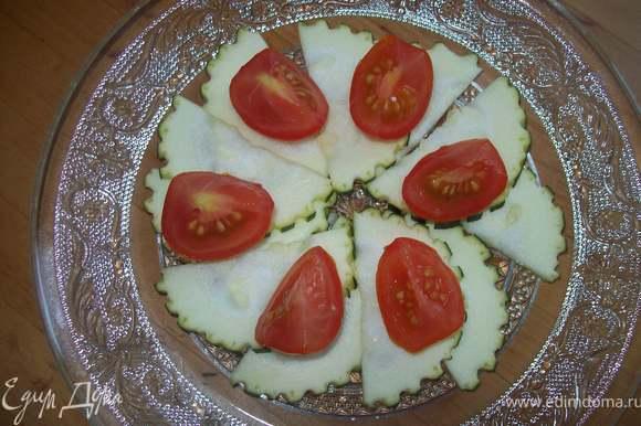 далее выкладываем помидорки черри, порезанные на 4 части