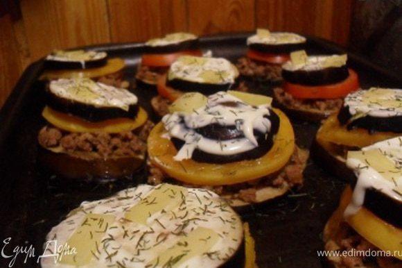 Смазать верхний баклажан майонезом, посыпать сыром и зеленью.