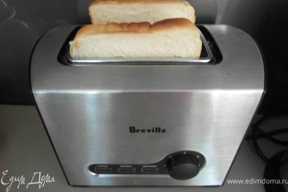 Если подавать будете с беконом, подрумянить его на сковороде. В моем случае была ветчина, мне жарить не пришлось. Если используете английские маффины, то их поджарить под грилем, и смазать подготовленным расплавленным сл.маслом. У меня был просто белый тостовый батон, я сделала тост...