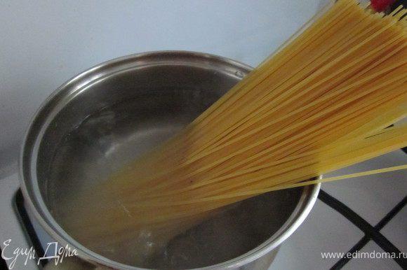 Спагетти отварить на две минуты меньше, чем написано на упаковке.