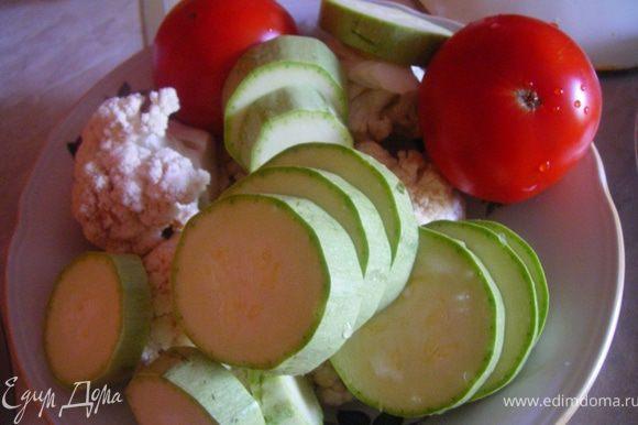 Вообще вариация с овощами на ваше усмотрение. Мне нравится кабачок+цветная капуста, помидор дает кислинку. Моем, режем овощи + лук и отправляем все в кипящий бульон(воду)