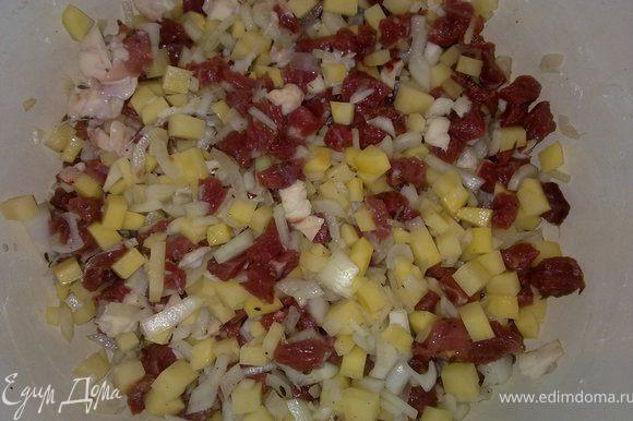 Мясо, и картошку нарезать кубиками. Лук мелко нашинковать. Посолить и поперчить. Можно использовать любые приправы которые вам нравятся.