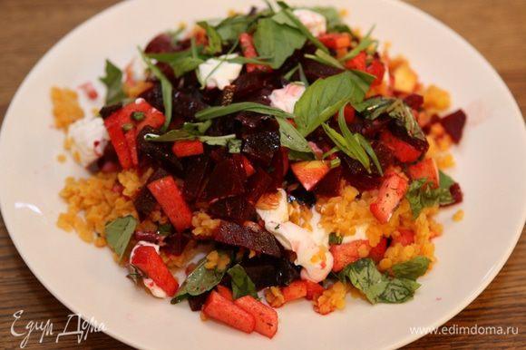 Выложить салат на блюдо и присыпать листьями базилика.