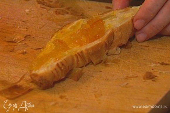 Круассаны разрезать пополам и смазать их апельсиновым вареньем.