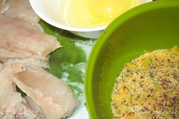 Рыбные палочки: Духовка 180. Яйцо взбить. Сухари смешать с цедрой, специями и солью. Рыбу обвалять в яйце, затем в сухарях. Выложить на сбрызнутую маслом бумагу в судке. Запекать 20 мин. до румяной корочки