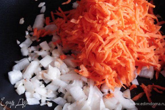Чечевицу поставить варится до полуготовности.Лук и чеснок порезать, морковь натереть на терке, пассеровать на растительном масле.