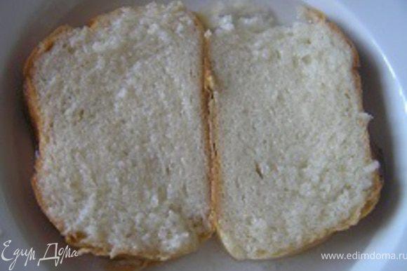 Хлебные кусочки залить водой, чтобы она полностью их покрыла и оставить на 5-7 минут. Затем вынуть из воды и отжать.