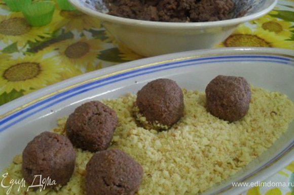 Достать массу из холодильника, сформировать из нее шарики, обвалять их в крошке печенья.