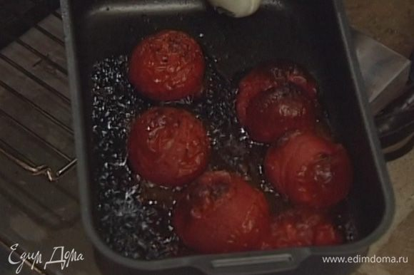 Уложить перец и помидоры в большой противень, полить оливковым маслом, бальзамическим уксусом, посолить и поперчить. Запекать в разогретой духовке 10-15 минут.