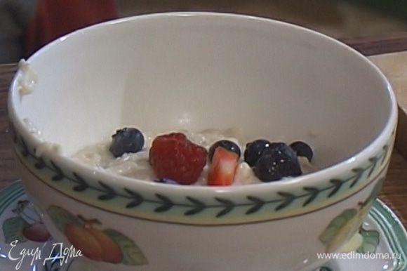В готовую кашу добавить ванильный сахар, соль, свежие ягоды.