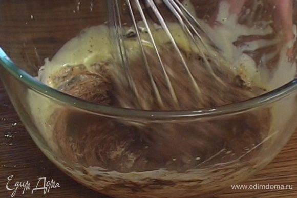 Желтки взбивать, пока они не загустеют и не приобретут лимонный цвет, затем добавить их в растопленный шоколад.