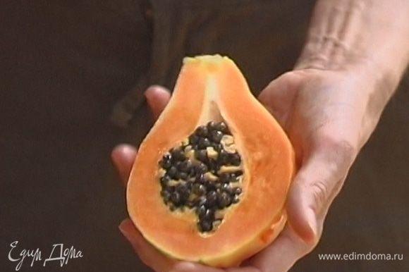 С папайи снять кожуру, разрезать плод пополам и вырезать семена, мякоть нарезать маленькими кубиками.